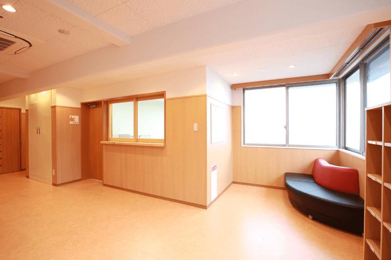 玄関ホールおよび、スタッフが常駐する事務室